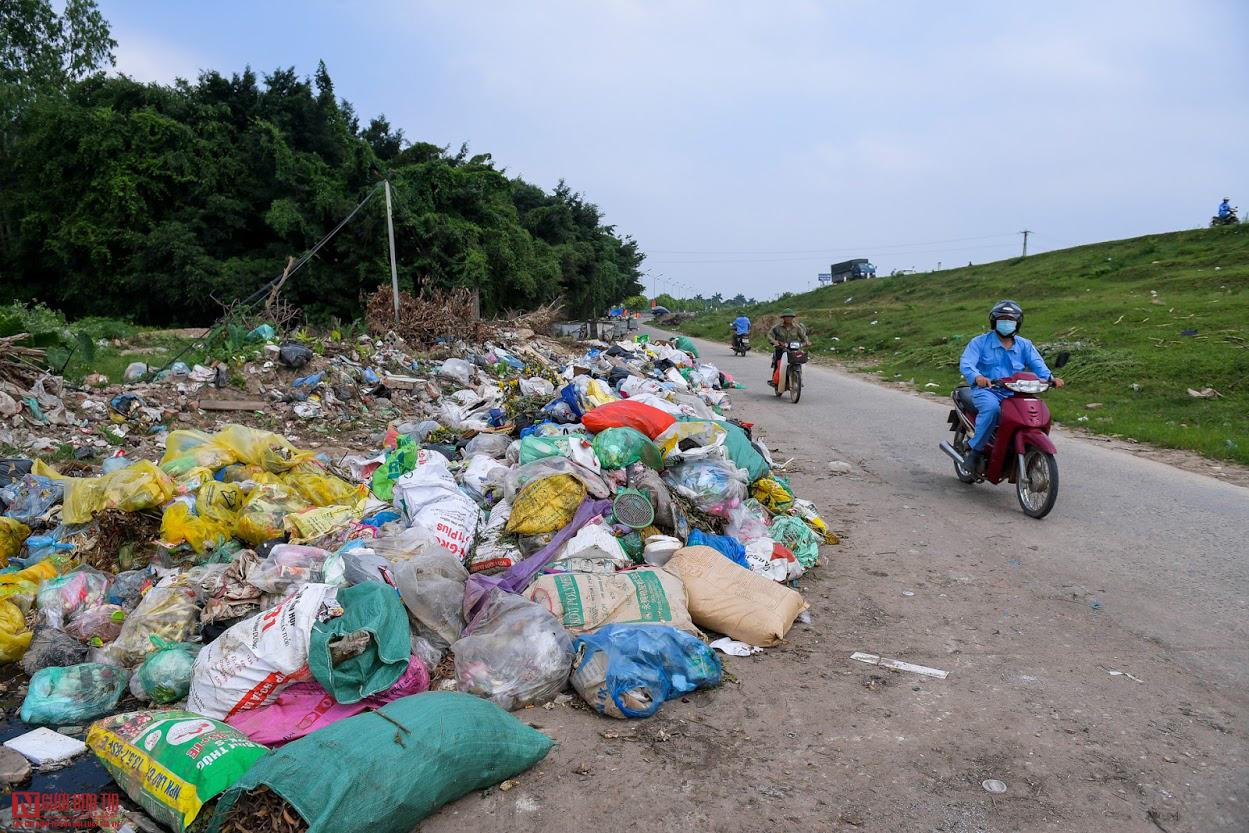 Ngổn ngang rác thải y tế nguy hại đổ bừa bãi tại Hạ Lôi - Ảnh 1.
