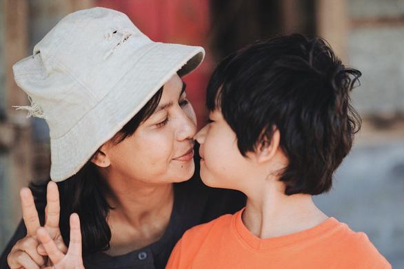 """Phim Việt về tình mẹ không thể bỏ qua: Thu Trang làm mẹ khờ nuôi con, Trương Ngọc Ánh gây sửng sốt với """"Áo lụa Hà Đông""""  - Ảnh 15."""