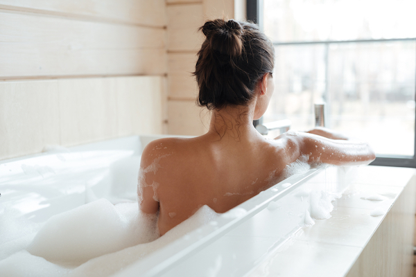 Trời hè nóng bức bối, chị em công sở nên tắm lúc nào để dễ ngủ mà vẫn đảm bảo an toàn sức khoẻ? - Ảnh 2.