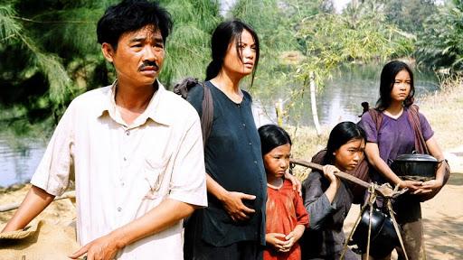 """Phim Việt về tình mẹ không thể bỏ qua: Thu Trang làm mẹ khờ nuôi con, Trương Ngọc Ánh gây sửng sốt với """"Áo lụa Hà Đông""""  - Ảnh 10."""