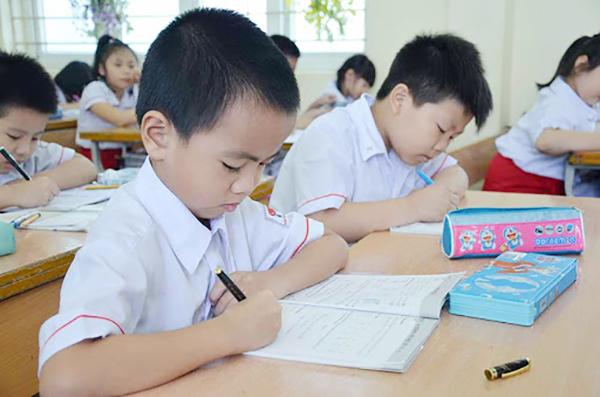 Chỉ đạo mới của Thủ tướng: Học sinh sẽ không bắt buộc đeo khẩu trang và không giãn cách trong lớp học - Ảnh 1.