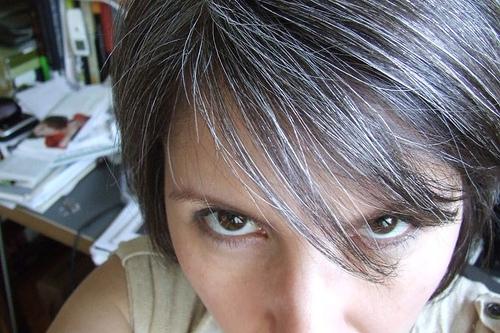 Stress nặng sẽ làm tóc bạc chỉ trong một thời gian ngắn: Chuyên gia lý giải 5 lý do tai hại cần phải sửa để lấy lại màu tóc đen tự nhiên nhất - Ảnh 3.