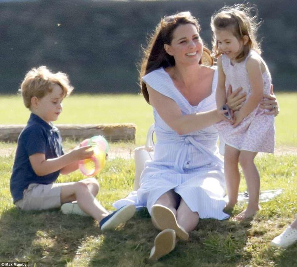 Công nương Kate - người mẹ đặc biệt của hoàng gia, dạy 3 người con theo cách của riêng mình - Ảnh 4.