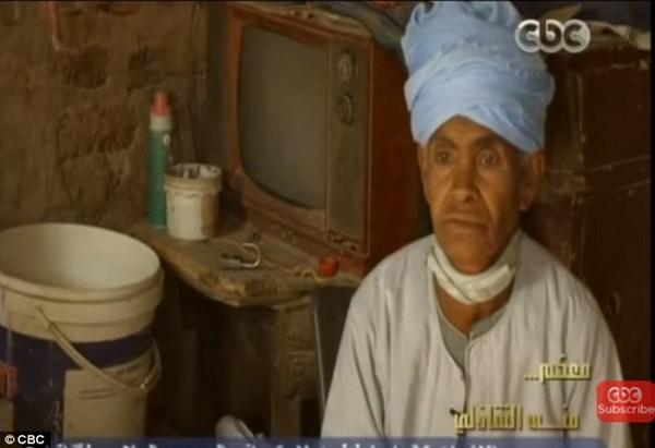 """Sống bằng thân phận đàn ông hơn 40 năm, """"người mẹ tốt nhất"""" Ai Cập khiến cả thế giới xúc động vì sự hi sinh cao cả - Ảnh 1."""