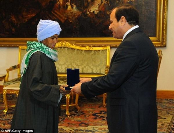 """Sống bằng thân phận đàn ông hơn 40 năm, """"người mẹ tốt nhất"""" Ai Cập khiến cả thế giới xúc động vì sự hi sinh cao cả - Ảnh 2."""