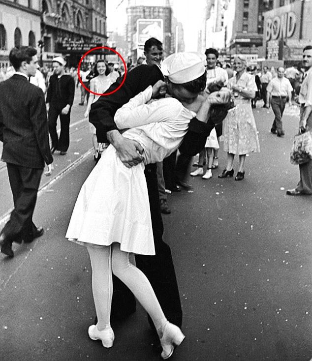 """Bức ảnh """"Nụ hôn ở Quảng trường Thời đại"""" tuyệt đẹp huyền thoại nhưng gây tranh cãi và phụ nữ phía sau mới thật sự là người tình của nam chính - Ảnh 1."""