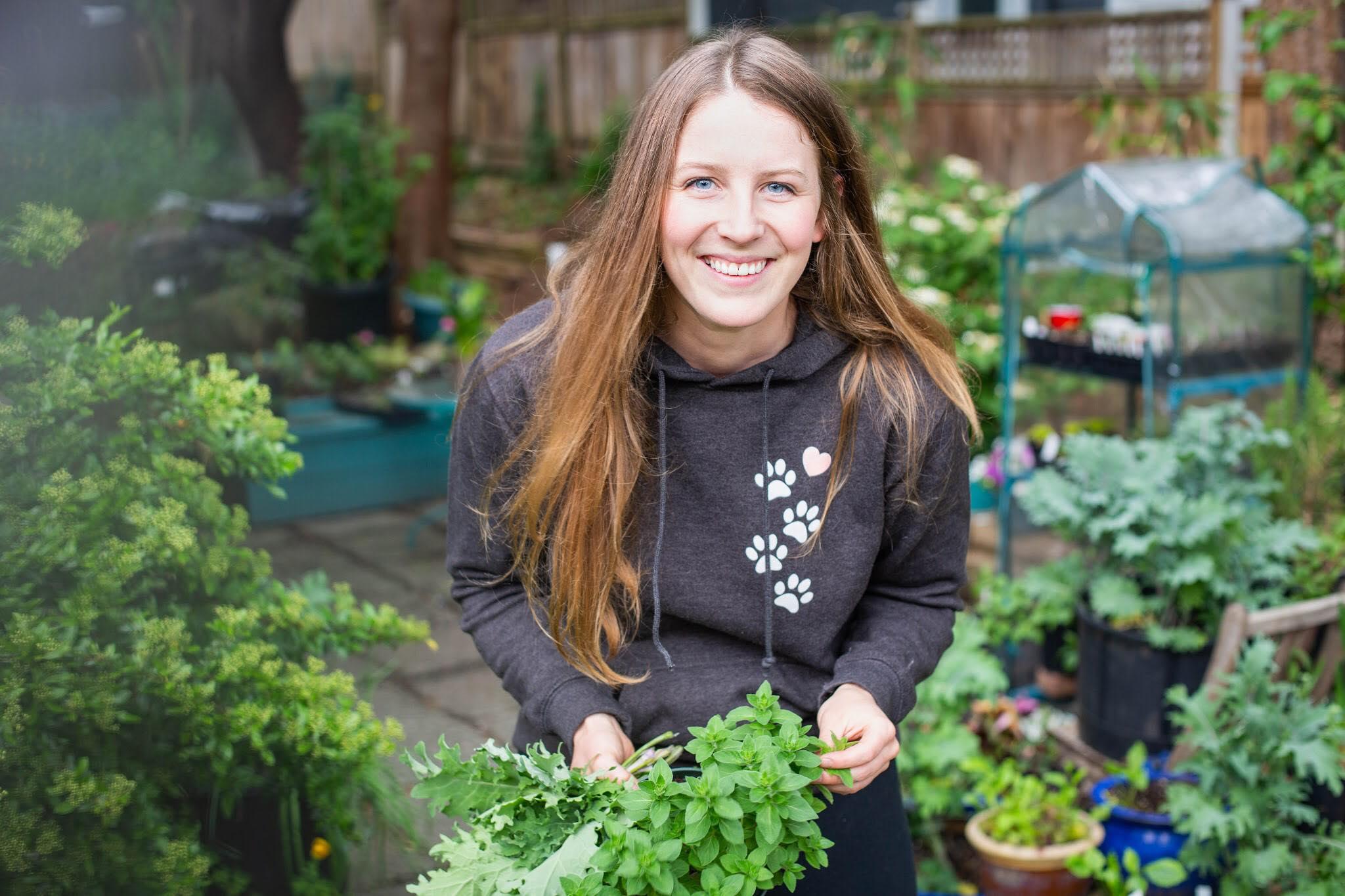 Cô gái xinh đẹp luôn tràn ngập năng lượng hạnh phúc khi trồng cả khu vườn toàn rau quả sạch - Ảnh 1.