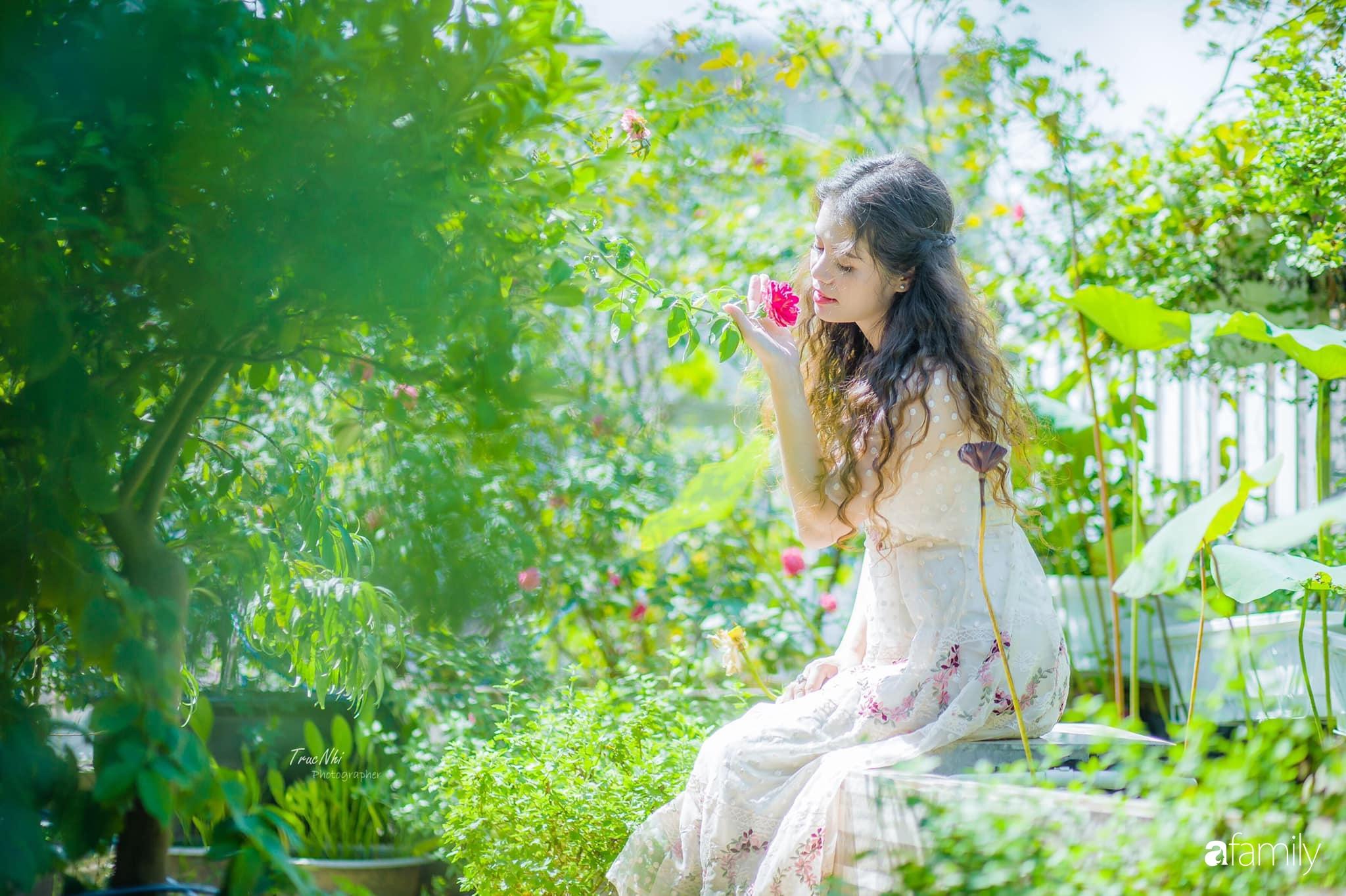 Bà mẹ Hà Nội tỉ mẩn dành 4 tiếng để tự cắm 1000 bông sen mang sắc màu mùa hạ lên sân thượng 200m² - Ảnh 7.