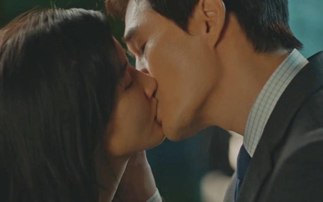 """""""Khi hoa tình yêu nở"""": Bị bà cả đến tận nơi dằn mặt, Lee Bo Young """"chơi lớn"""" công khai hôn nhân tình đắm đuối"""