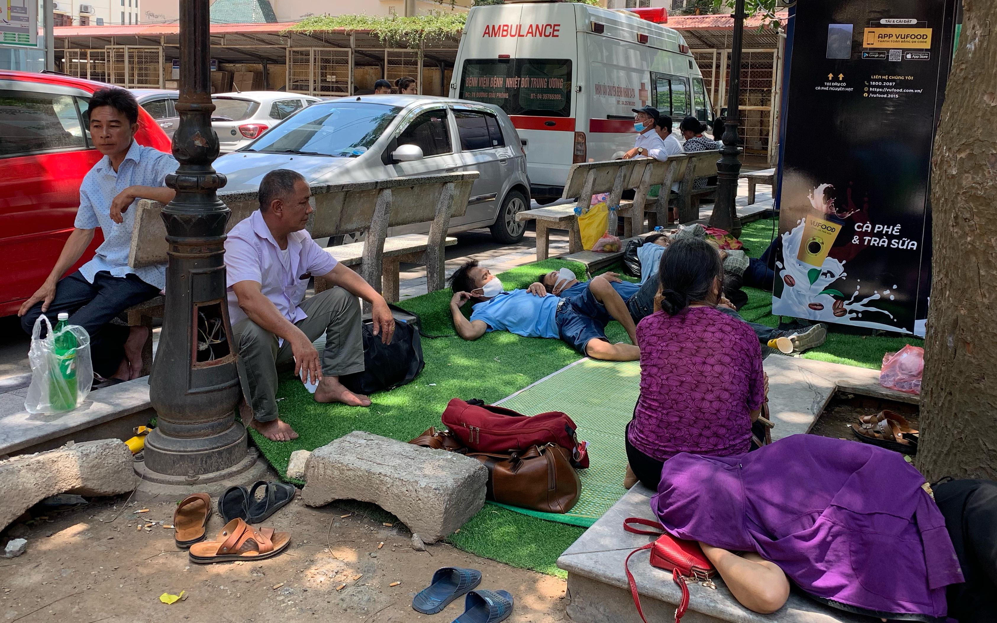 Hà Nội: Chọn hành lang, vỉa hè làm nơi ngả lưng, thân nhân người bệnh vạ vật trong những ngày nắng nóng