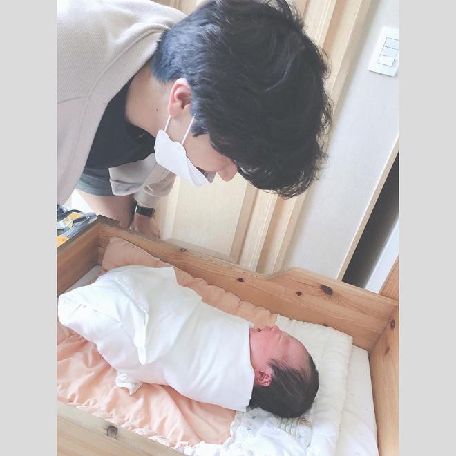 Cựu thành viên bị bắt nạt của T-ara đã hạ sinh con trai đầu lòng, cảnh ông xã soái như tài tử chăm con chiếm spotlight - Ảnh 7.