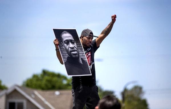 """Vỏn vẹn 8 phút và 46 giây của vụ người đàn ông da đen bị cảnh sát ghì chết khiến cả nước Mỹ rơi vào """"cơn ác mộng"""" kéo dài tuần qua - Ảnh 1."""