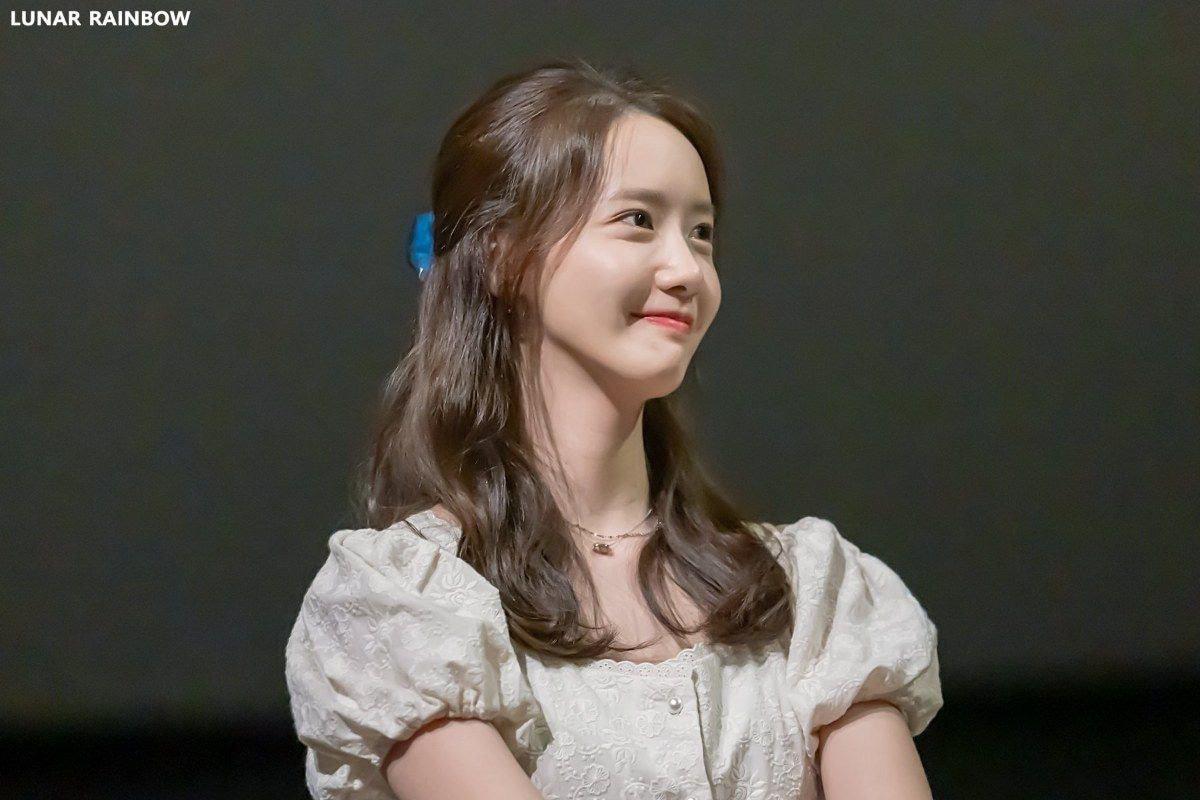 Bọng mắt to nhưng chẳng buồn giấu mà còn makeup cho nổi bật, Yoona vẫn được khen xinh hết nút chứ chẳng ai chê bai gì