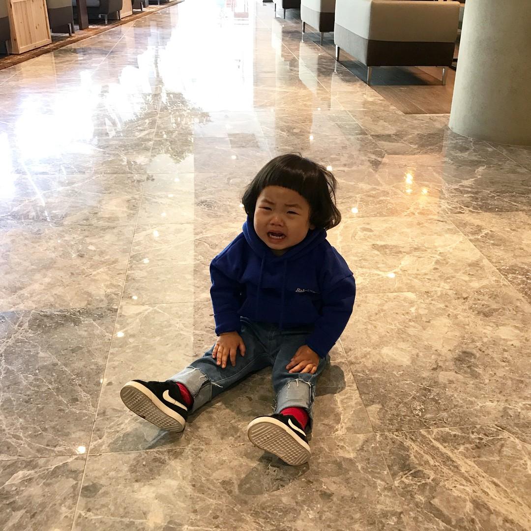 Đưa con trai 5 tuổi đến buổi họp lớp, cậu bé được mọi người khen hết lời nhưng chỉ 1 hành động đủ khiến mẹ bẽ mặt - Ảnh 2.