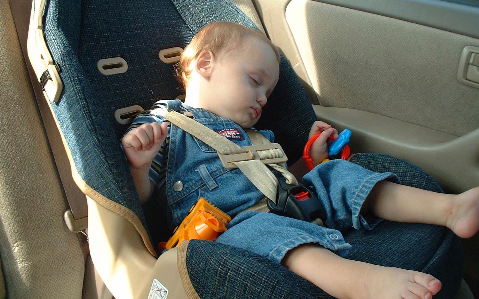 Đây là những việc cha mẹ phải nhớ kỹ khi cho con đi ô tô trong những ngày nắng nóng như đổ lửa