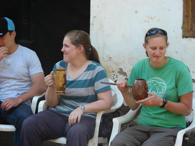 Thấy người dân đổ đống chuối vào thân cây gỗ rồi giẫm nát, ai cũng ghê nhưng không ngờ đây là thức uống vạn người mê - Ảnh 10.