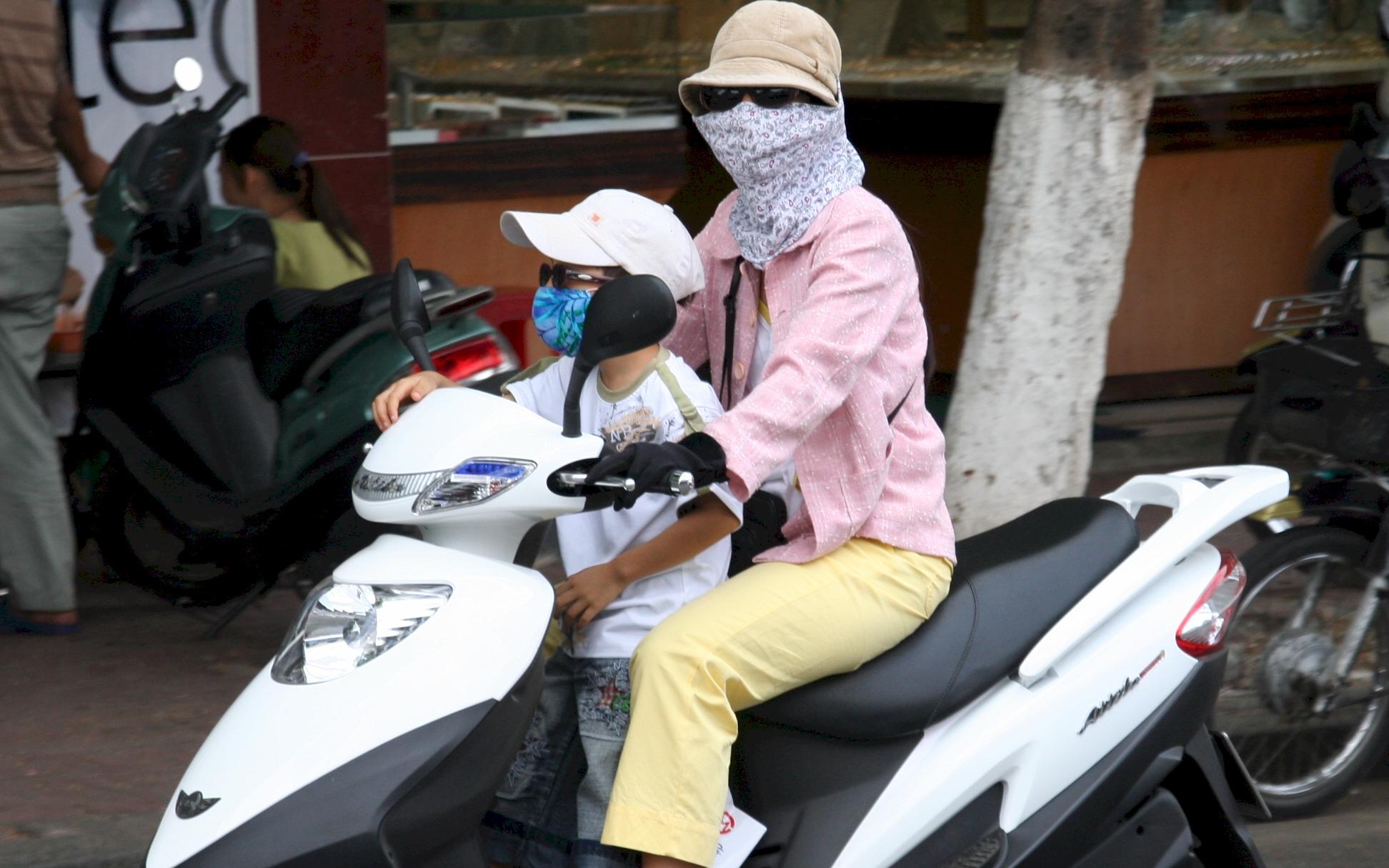 Chở con bằng xe máy dưới trời nắng nóng, cha mẹ cần lưu ý những điểm sau để trẻ không bị say nắng hay sốc nhiệt