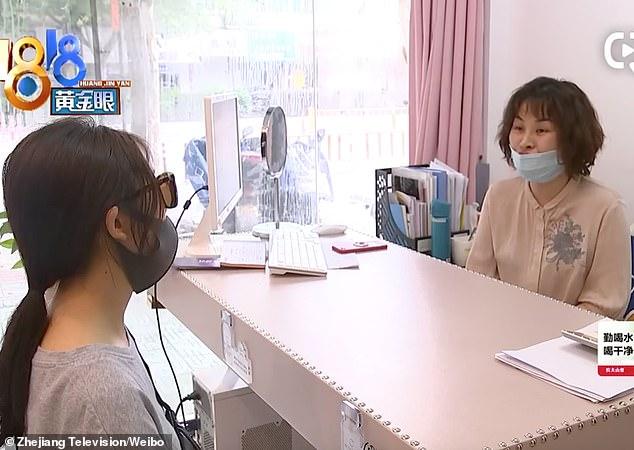 """Một người phụ nữ phát hoảng khi thấy thanh silicone được cấy ghép trong mũi bỗng """"lấp ló"""" nơi đầu mũi - Ảnh 3."""