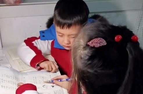 Ngồi ngay ngắn nghe chị giảng bài, nhưng biểu cảm khuôn mặt của cậu bé mới là điều đáng nói - Ảnh 1.