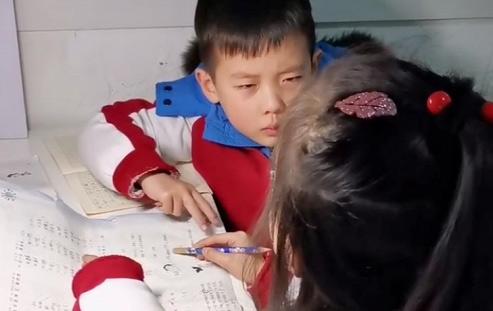 Ngồi ngay ngắn nghe chị giảng bài, nhưng biểu cảm khuôn mặt của cậu bé mới là điều đáng nói - Ảnh 2.