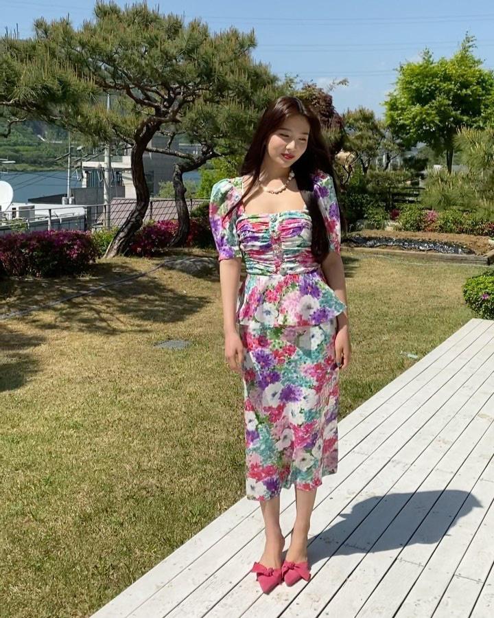 Cùng diện váy sến súa nhưng Han Ye Seul vẫn sang chảnh, quay sang Joy thắm thơm thấy thương  - Ảnh 4.