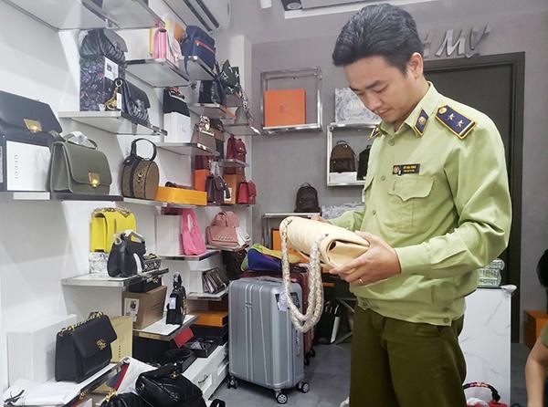 Đà Nẵng: Tạm giữ gần 2.000 sản phẩm thời trang nghi giả mạo Nike, Adidas, Louis Vuitton, Chanel, - Ảnh 2.