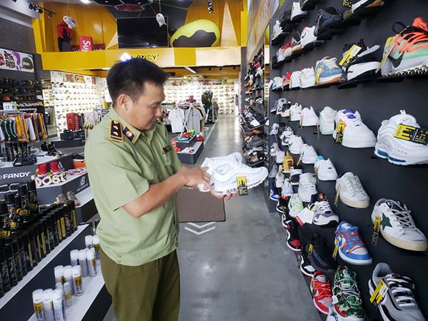 Đà Nẵng: Tạm giữ gần 2.000 sản phẩm thời trang nghi giả mạo Nike, Adidas, Louis Vuitton, Chanel, - Ảnh 1.