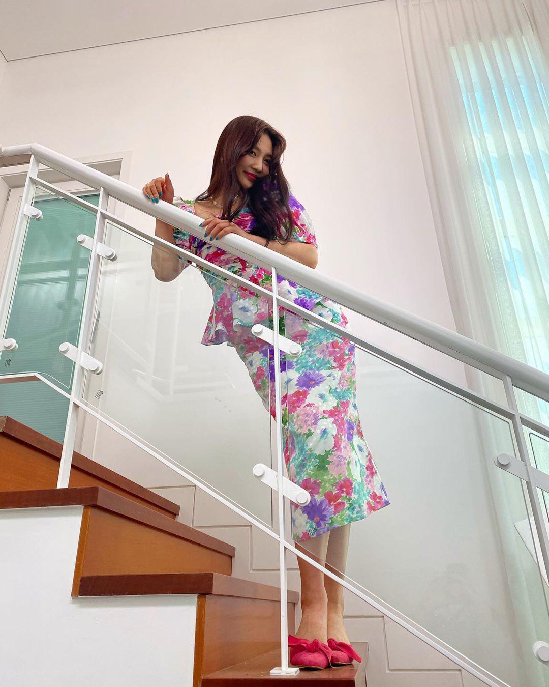 Cùng diện váy sến súa nhưng Han Ye Seul vẫn sang chảnh, quay sang Joy thắm thơm thấy thương  - Ảnh 3.