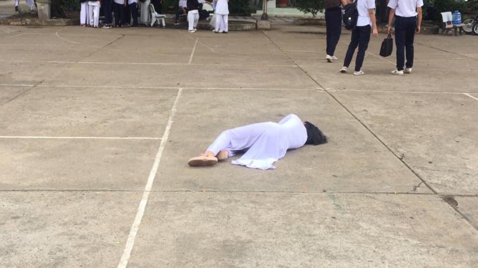 Nữ sinh nằm ngất xỉu giữa sân trường, cứ ngỡ bệnh nặng, hóa ra do cô nàng trót tuyên bố với bạn bè 1 câu lầy lội như này - Ảnh 2.