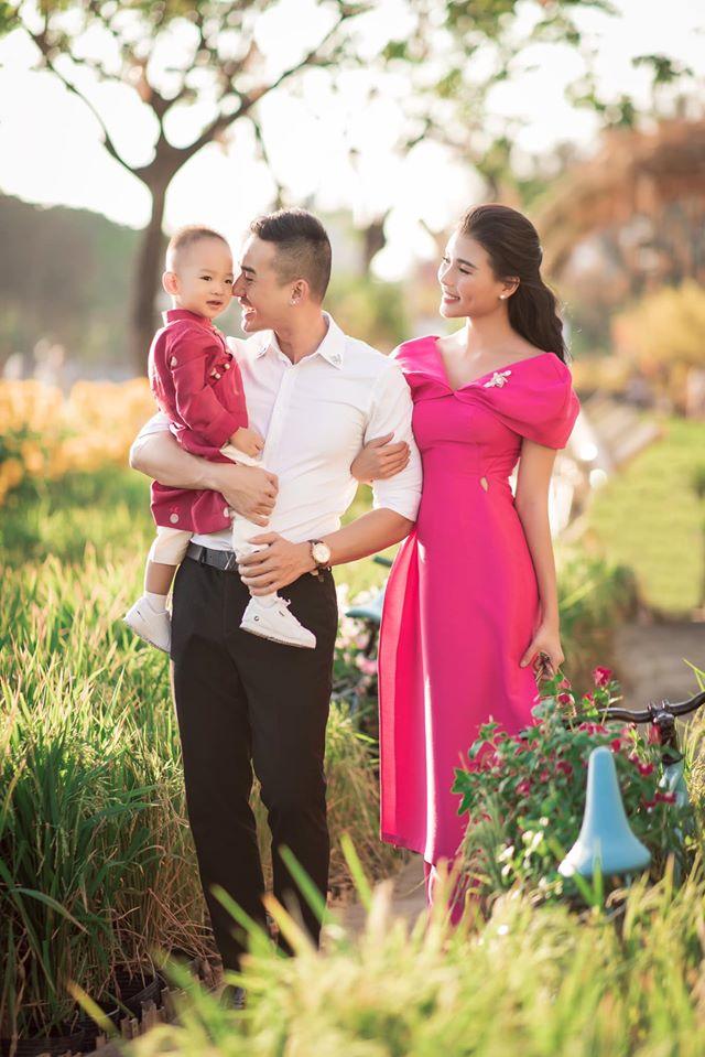 Hơn 1 tuổi tự kiếm được tiền, 2 tuổi biết đọc tiếng Anh, con trai Lương Thế Thành - Thúy Diễm khiến bố mẹ cũng muốn khóc - Ảnh 2.