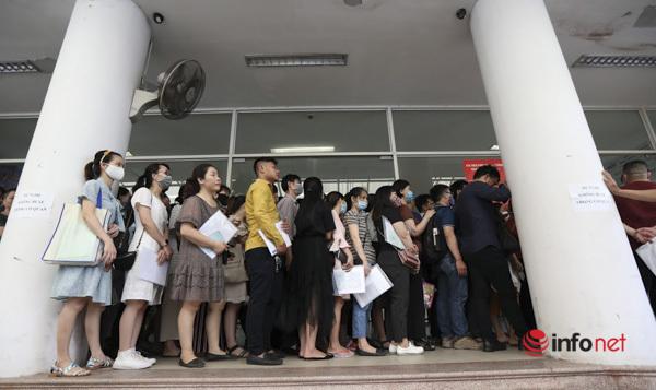 Rồng rắn xếp hàng chờ làm trợ cấp thất nghiệp sau dịch Covid-19 - Ảnh 3.
