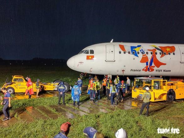 Toàn bộ quá trình hơn 18 giờ giải cứu máy bay Vietjet trượt khỏi đường băng - Ảnh 5.