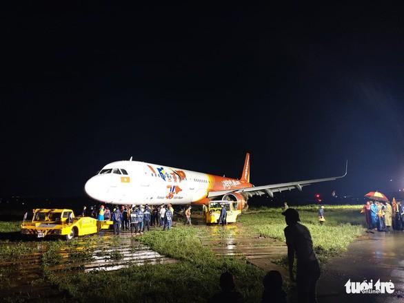 Toàn bộ quá trình hơn 18 giờ giải cứu máy bay Vietjet trượt khỏi đường băng - Ảnh 6.