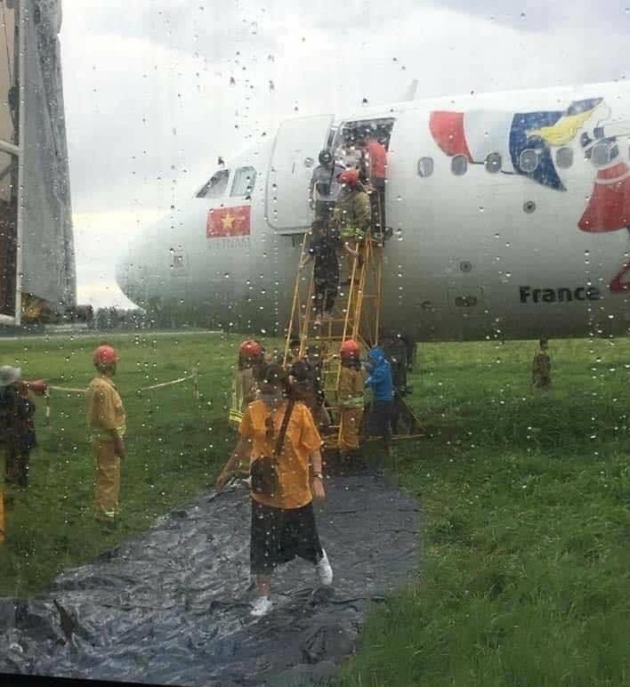 Toàn bộ quá trình hơn 18 giờ giải cứu máy bay Vietjet trượt khỏi đường băng - Ảnh 2.