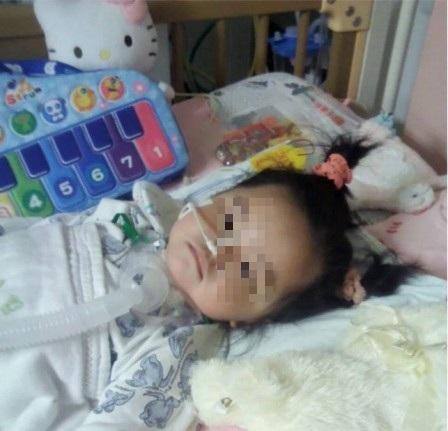 Con gái 4 tuổi đột ngột sốt cao và đi ngoài ra máu, người mẹ khóc ngất vì một sai lầm khi cho con ăn dưa hấu trong hè nhiều người phạm phải - Ảnh 1.
