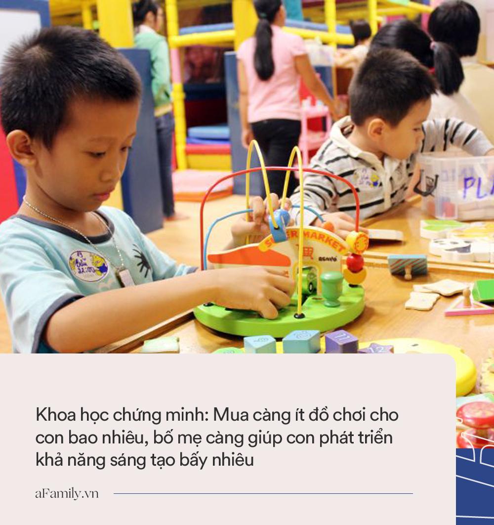 Không phải mua nhiều đồ chơi sẽ tốt cho con, đây mới là điều bố mẹ nên làm nếu muốn con phát triển tư duy sáng tạo - Ảnh 1.