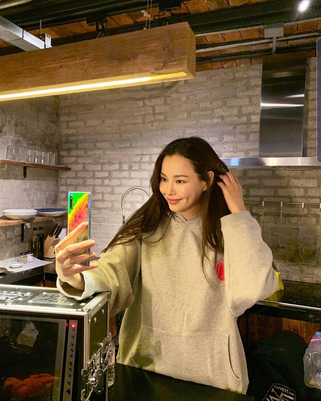 """""""Hoa hậu Hàn đẹp nhất thế giới"""" Honey Lee với style đời thường đối lập khi dự sự kiện - Ảnh 7."""