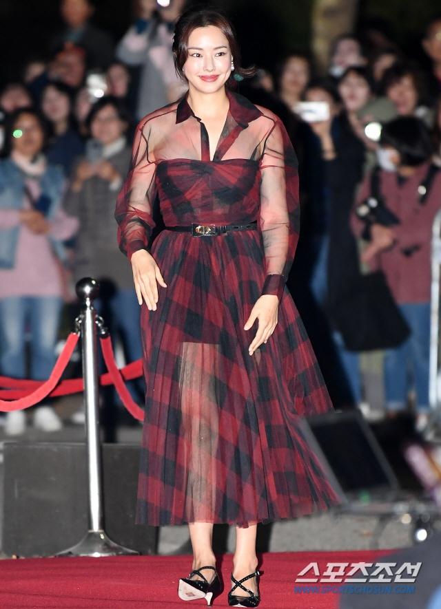 """""""Hoa hậu Hàn đẹp nhất thế giới"""" Honey Lee với style đời thường đối lập khi dự sự kiện - Ảnh 3."""