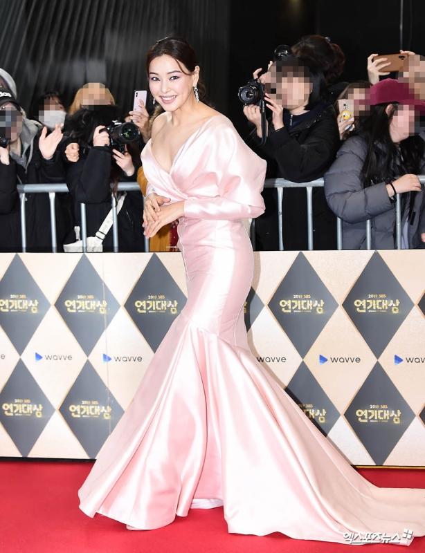 """""""Hoa hậu Hàn đẹp nhất thế giới"""" Honey Lee với style đời thường đối lập khi dự sự kiện - Ảnh 2."""