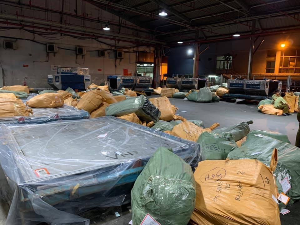 Tạm giữ hơn 4 tấn hàng trong kho của Vietnam Airlines tại sân bay Tân Sơn Nhất - Ảnh 1.