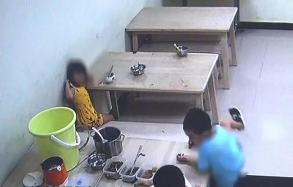 """Con gái 5 tuổi liên tục hét lên khi đi tắm, mẹ vừa kiểm tra camera lớp học đã sợ """"nổi da gà"""" và lập tức đưa con đến gặp bác sĩ - Ảnh 3."""