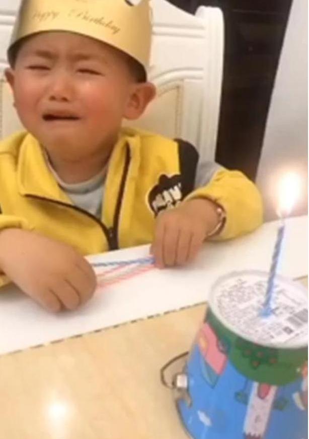 """Hí hửng chờ đến sinh nhật nhưng khi nhìn thấy chiếc bánh bố mua tặng, con trai chỉ còn nước """"khóc thét"""" - Ảnh 2."""