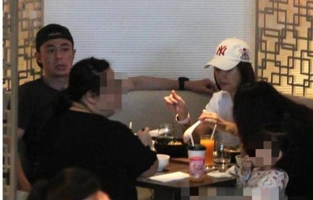 """Hiếm khi cả gia đình 3 người cùng nhau xuất hiện nơi công cộng nhưng con gái nhà Lâm Tâm Như và Hoắc Kiến Hoa lại chiếm trọn """"spotlight"""" của bố mẹ - Ảnh 3."""