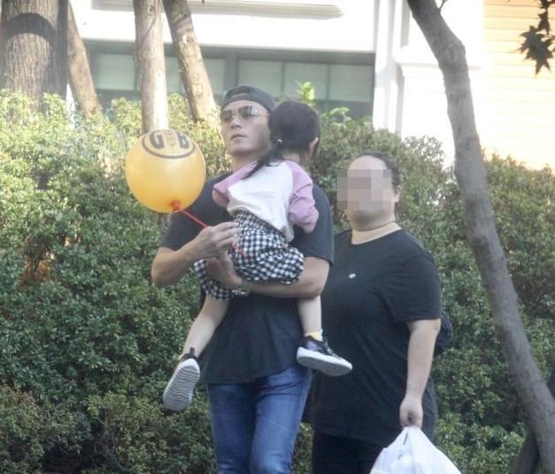 """Hiếm khi cả gia đình 3 người cùng nhau xuất hiện nơi công cộng nhưng con gái nhà Lâm Tâm Như và Hoắc Kiến Hoa lại chiếm trọn """"spotlight"""" của bố mẹ - Ảnh 2."""