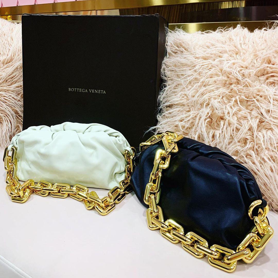 Ngọc Trinh giàu số 2 đố ai nhận số 1? Sắm liền 2 chiếc túi gần 150 triệu chỉ khác màu, lại còn la liệt hàng hiệu đếm không xuể - Ảnh 2.