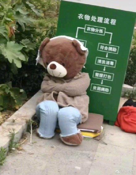 Bị bỏ rơi vạ vật ở thùng rác, gấu bông cô đơn bỗng trở nên sang chảnh hơn hẳn nhờ lòng tốt của người đi đường! - Ảnh 4.