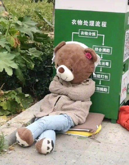Bị bỏ rơi vạ vật ở thùng rác, gấu bông cô đơn bỗng trở nên sang chảnh hơn hẳn nhờ lòng tốt của người đi đường! - Ảnh 5.