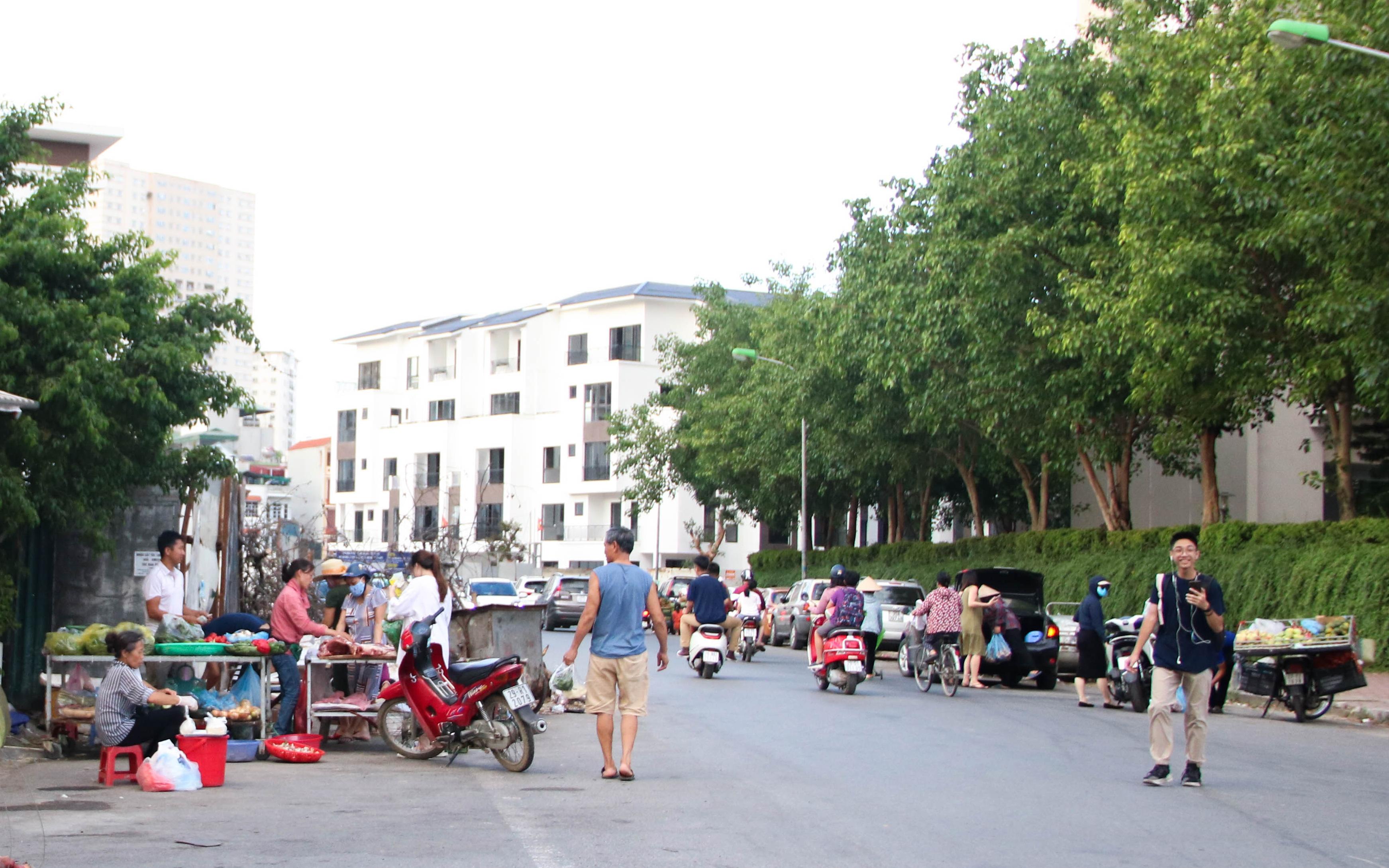 Hà Nội: Kinh hãi rác thải bốc mùi chất đống ngay cạnh chợ dân sinh