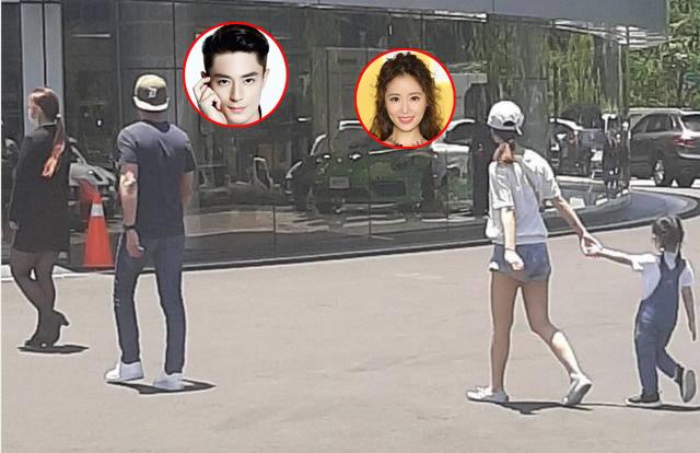 """Hiếm khi cả gia đình 3 người cùng nhau xuất hiện nơi công cộng nhưng con gái nhà Lâm Tâm Như và Hoắc Kiến Hoa lại chiếm trọn """"spotlight"""" của bố mẹ - Ảnh 1."""