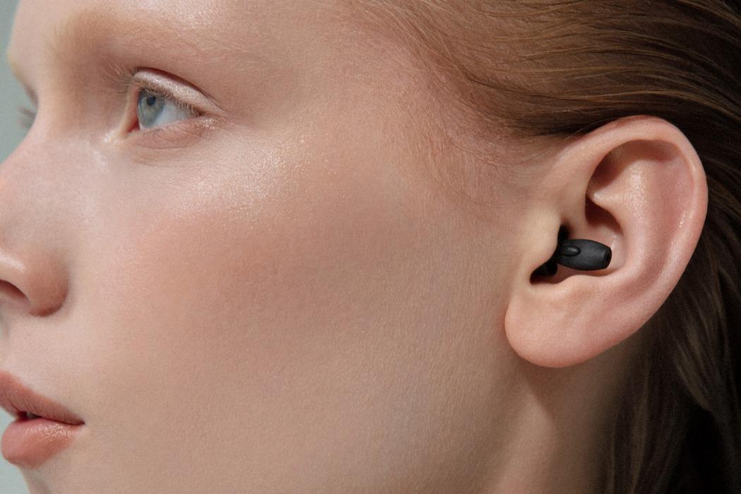 """Tai nghe """"tàng hình kiểu điệp viên 007"""" làm từ vật liệu tái chế 100% giúp người dùng giảm tiếng ồn và tạp âm - Ảnh 2."""